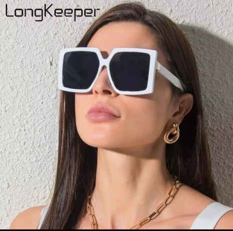 Крутые солнцезащитные очки в белой оправе