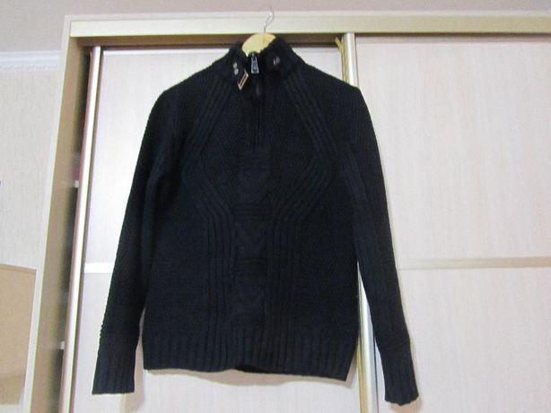 Мужской черный свитер.