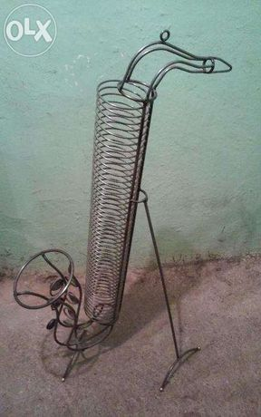 Stojak na płyty z metaloplastyki w kształcie saksofonu