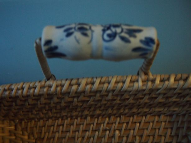 Tabuleiro VINTAGE RETRO de palhinha com pegas em cerâmica branca/ azul