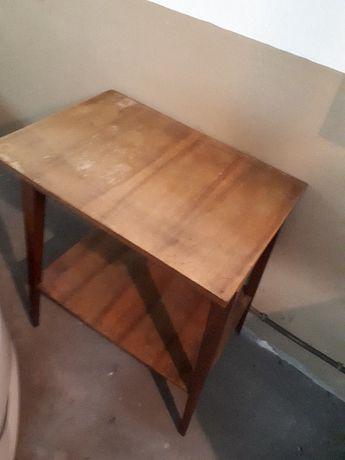 drewniany stary stolik z półką