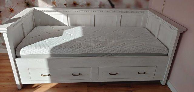piękne drewniane łóżko z prawie nowym materacem