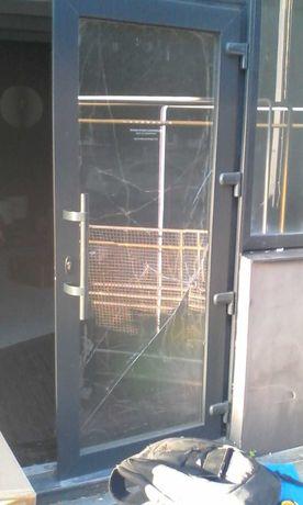Заменить разбитые стекла в 2х стеклопакетах.