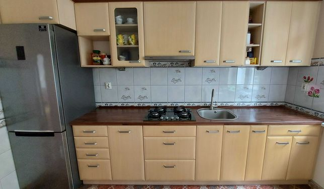 Zabudowa kuchenna z okapem i płytą gazową + szafka + stół i 2 krzesła