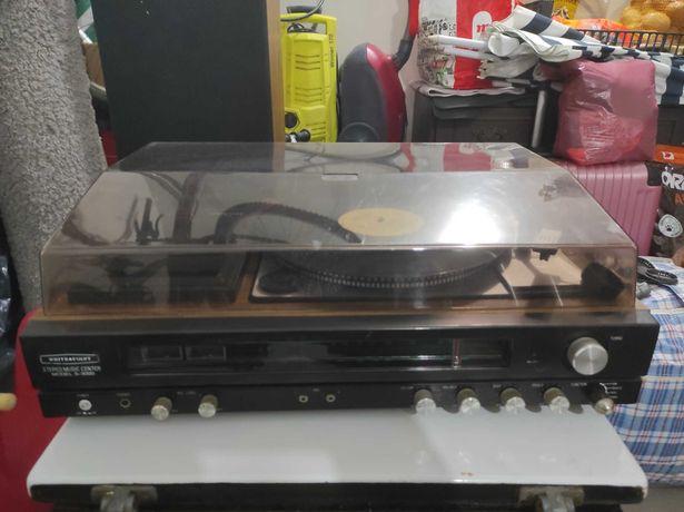 Aparelhagem antiga com gira discos rádio e cassetes