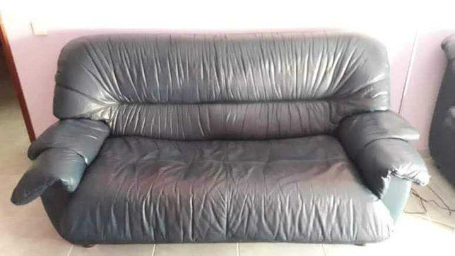 Sofá cama em pele azul escuro
