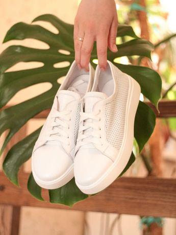 Женские белые кожаные кеды кроссовки белые с перфорацией