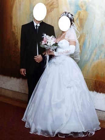 Свадебное платье с шикарным декольте. Свадебный мужской костюм.