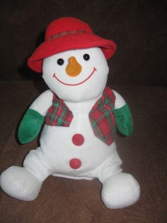 Великий музичний сніговик під ялинку на Новий рік.