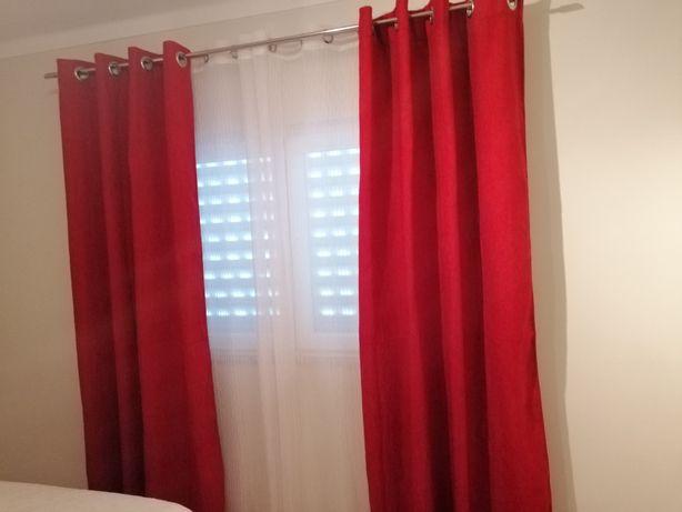 Cortinas vermelhas opacas excelentes, e oferece-se almofadas