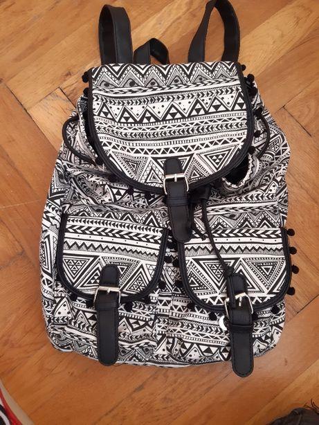 Czarno biały plecak marki SINSAY