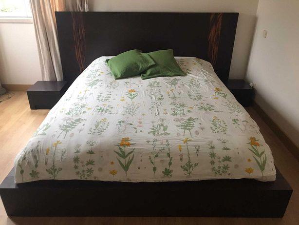 cama de casal com mesas de cabeceira e espelho