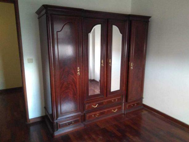 Roupeiro de madeira maciça com espelhos e muita arrumação