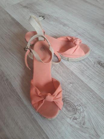 Sandały na koturni