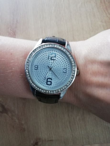 Damski zegarek na czarnym pasku