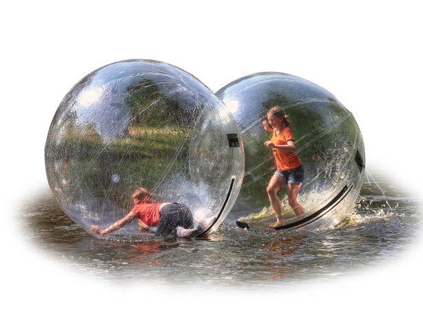 insuflável de água water ball para alugar e animação de festas.