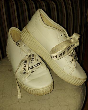 Sportowe dziewczęce buty