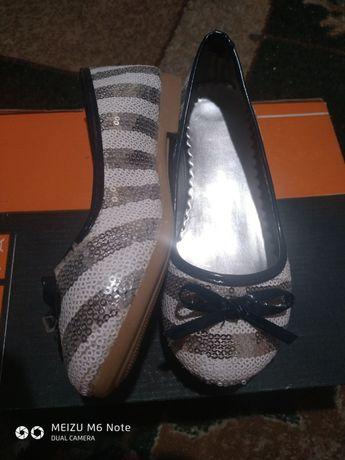 Новые нарядные туфли для девочки р30