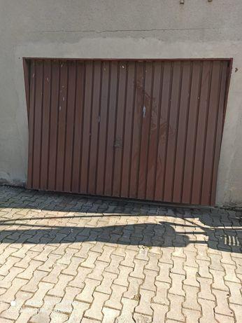 Uchylne drzwi garażowe