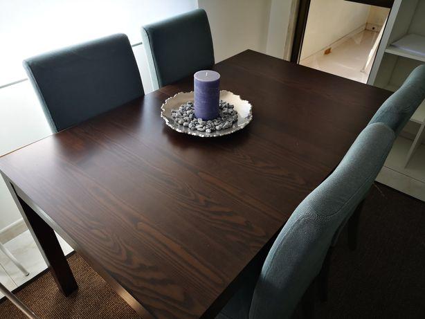 Mesa de jantar extensível com 4 cadeiras e aparador.
