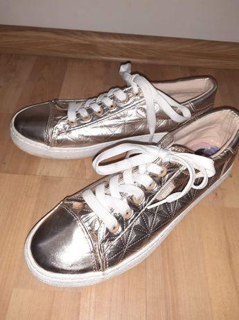 Złote sneakersy z białymi sznurówkami