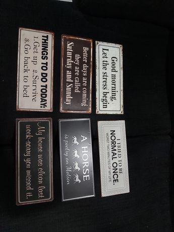 Várias placas metálicas decorativas