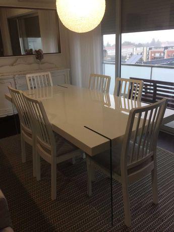 Mesa de jantar branca com pés em vidro