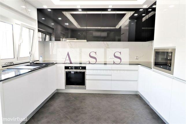 Apartamento T2; renovado e equipado na zona central Carvalhos.