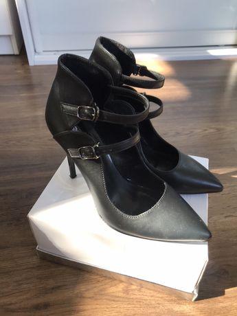 Коасивые туфли 38 размер бу шпилька