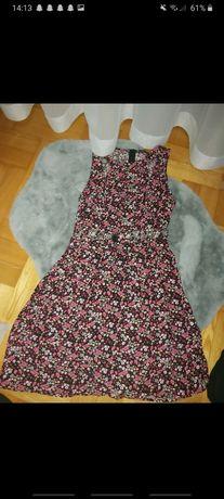 Sukienka w kwiaty z wycięciem na brzuchu