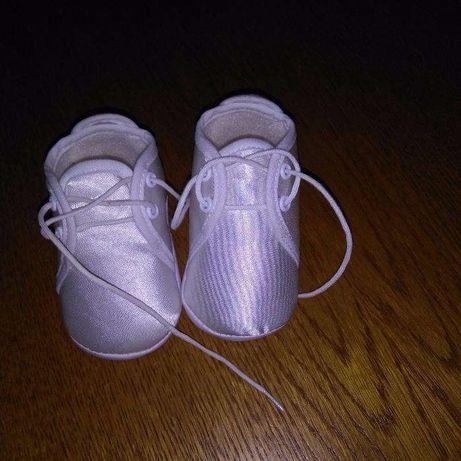 Białe buciki dla maluszka