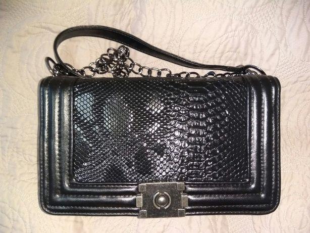 Czarna torebka na ramię, listonoszka