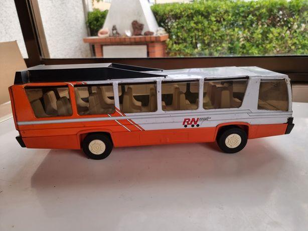 Autocarro antigo em chapa
