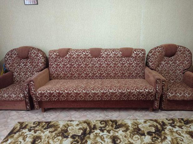Продам диван с креслами и пуфиками