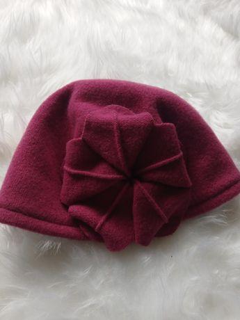 Czerwona czapka na jesień i zimę z wełną