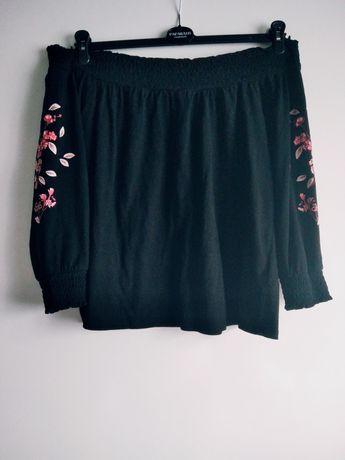 Czarna bluzka z haftem na rękawach