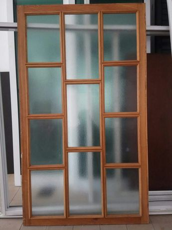 Divisória em vidro e madeira