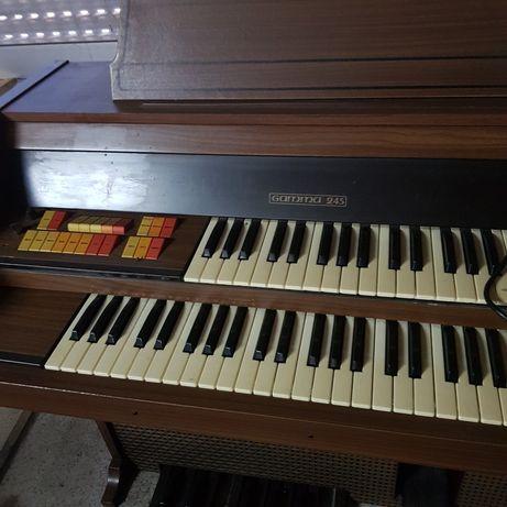 Órgão rústico em madeira.