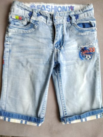 Krótkie spodenki jeansowe z podwijanymi nogawkami