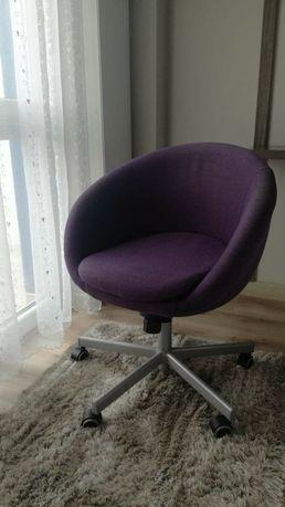 Fotel fioletowy na kółkach nowoczesny obrotowy wygodny gniazdo