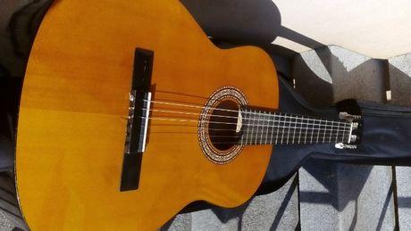 Guitarra clássica em estado de novo com case de transporte