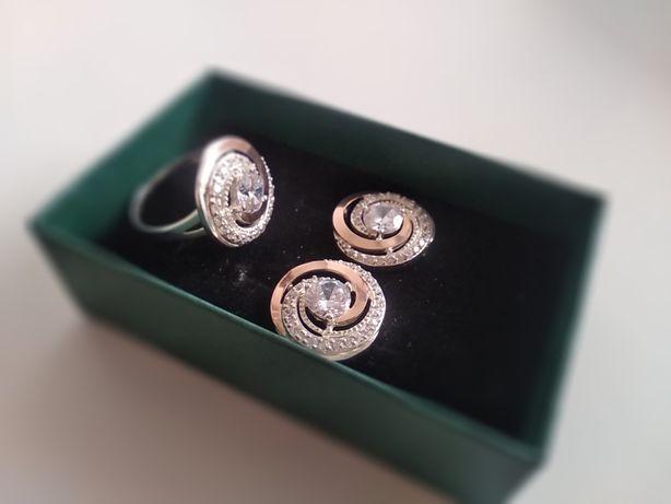 Шикарный серебряный набор с золотыми вставками.