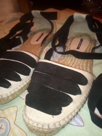 Очень нарядние сандалі