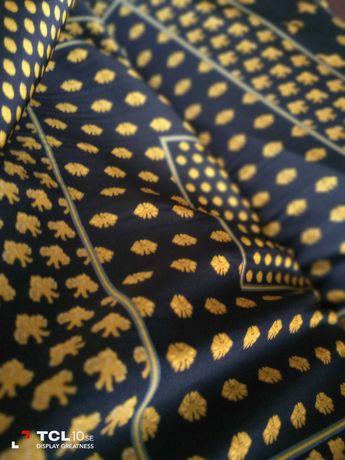 Vendedor de tecidos feirante vendo tecidos de alta qualidade