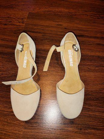 Zamszowe, beżowe buty firmy Clarks