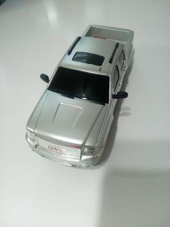 Auto GMC Sierra Denali 1:24 w pudełku z napędem