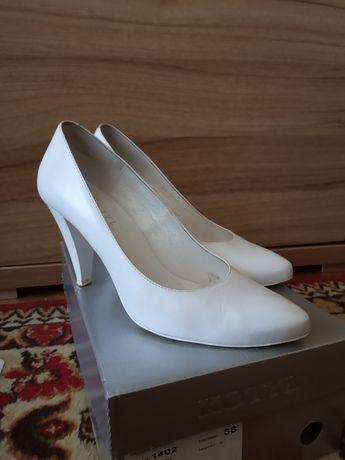 Białe skórzane pantofle