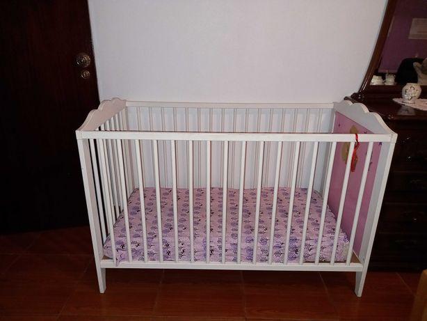 Berço de bebé com 2 alturas diferentes
