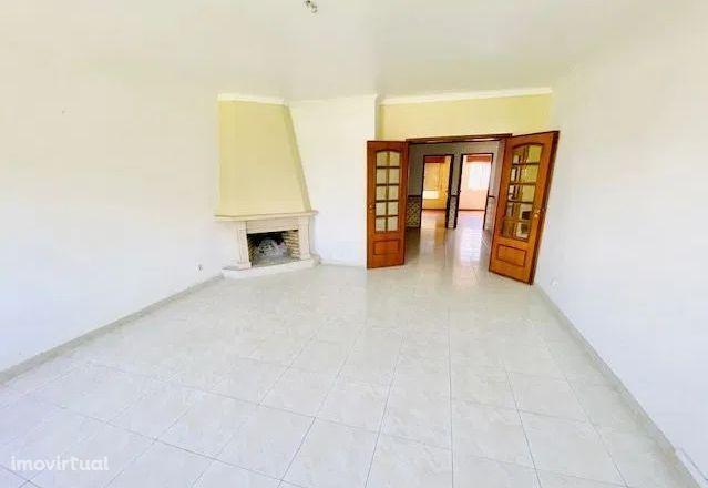 MASSAMÁ - T2 área de 92m2, sala com lareira e arrecadação