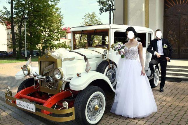 Samochód i suknia ślubna